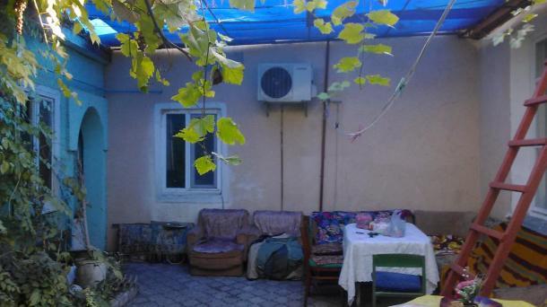 Дом в г.Евпатория по ул.Хозяйственная . Участок 4 сотки .Дом общая площадь 140 кв.м , 5 комнат,кухня,2 санузла. Отопление АГВ,вода центральная ,канализация,эл,газ в доме.